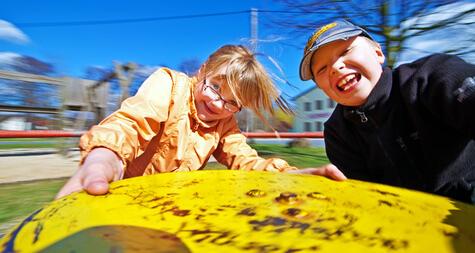 Spielgeräte fördern die körperliche Entwicklung eines Kindes