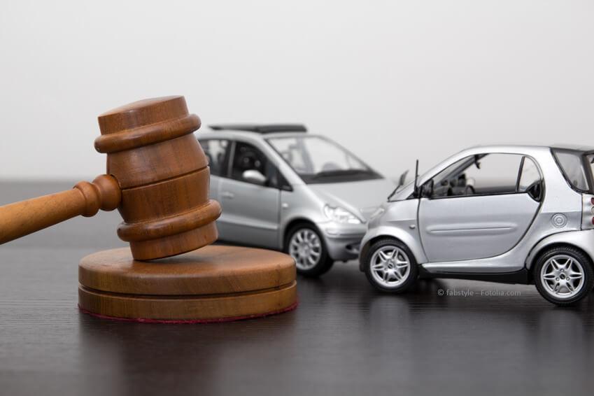 Recht / Gesetz regelt, was nicht mit Vernunft geklärt werden kann.