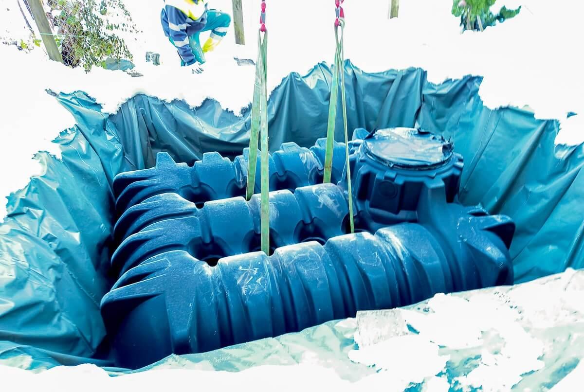 Ein Regenwassertank im Garten